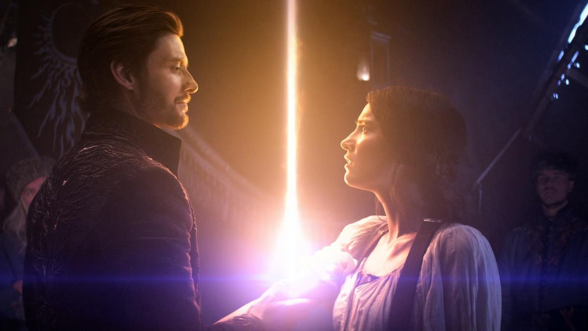 Ben Barnes y Jessie Mei Li en una imagen de 'Sombra y hueso'.