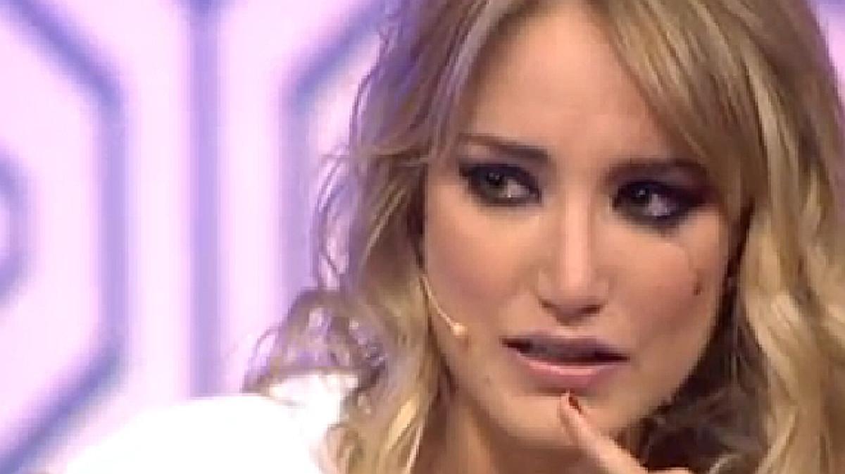 Alba Carrillo llora en el programa 'Hable con ellas', en el que fue colaboradora.