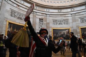 Uno de los asaltantes del Capitolio, con un escudo de Capitán América
