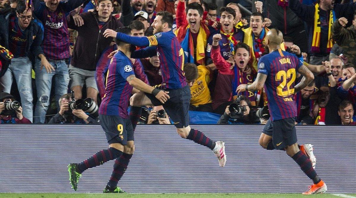 Leo Messi salta sobre Suárez tras anotar el segundo gol al Liverpool ante el éxtasis de la grada.