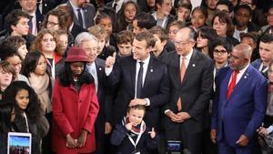 Emmanuel Macron, en el centro, entre António Guterres, secretario general de las Naciones Unidas, y Jim Yong Kim, presidente del Banco Mundial, en París.