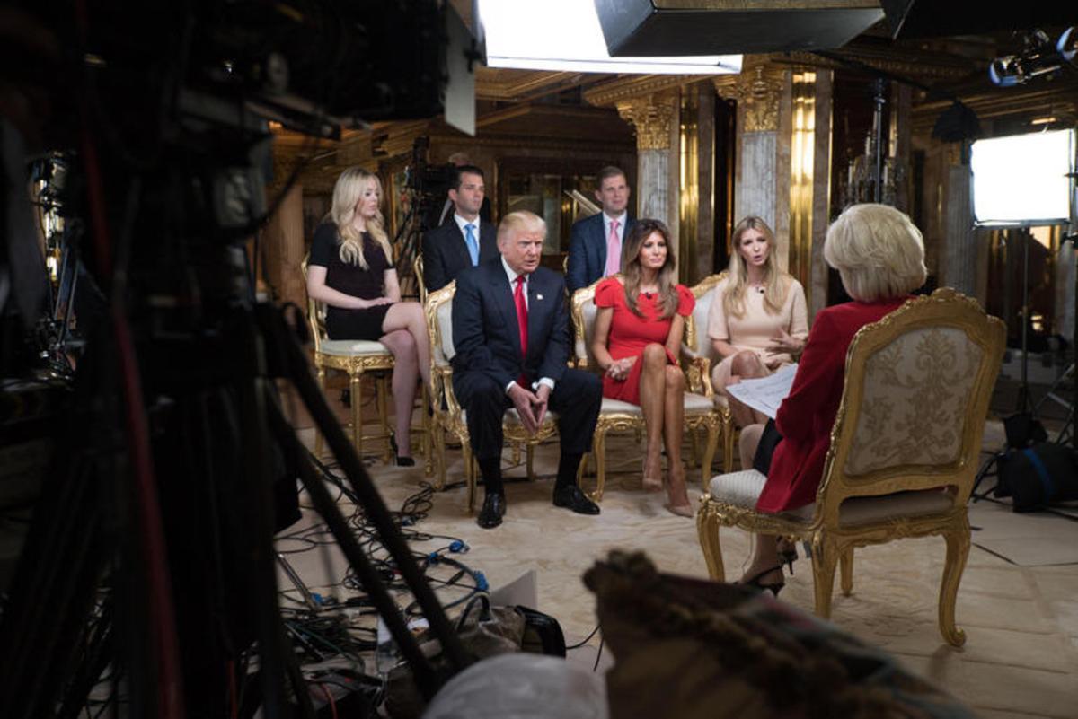 Trump y su familia, durante la entrevista en el programa '60 minutes' de CBS.