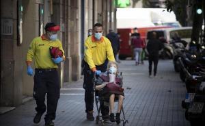 Técnicos del SEM trasladan al hospital a una mujer con insuficiencia respiratoria, en Barcelona.