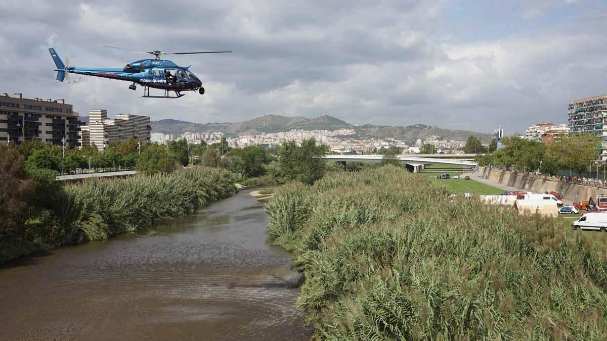Los Mossos buscan a un bebé arrojado por su padre al río Besòs.