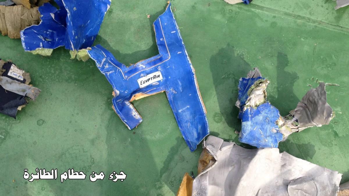 Restos del avión de Egyptair hallados por los equipos de rescate en el Mediterráneo.