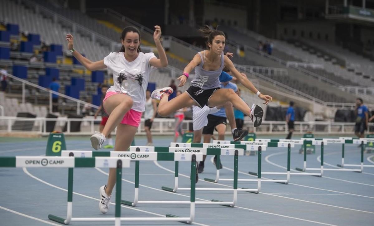 Una carrera de salto de vallas en la pista de atletismo de Montjuïc.