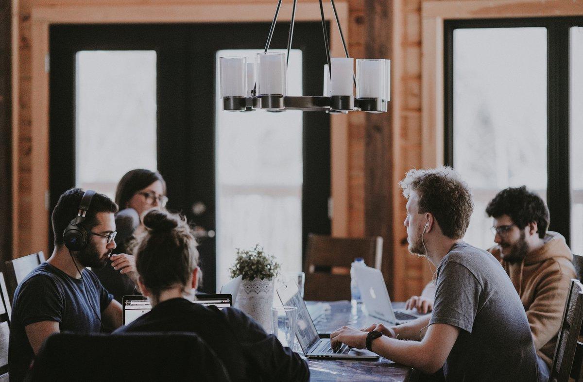 Los millennials y los centennials se diferencian en aspectos como el salario o el trabajo en equipo