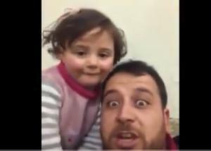 Fotograma del vídeo en el que el padre simula un juego con las bombas en Siria.