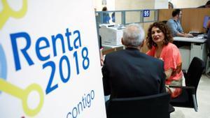 La ministra de Hacienda, María Jesús Montero, en una oficina de la AEAT durante la campaña de la renta 2018.