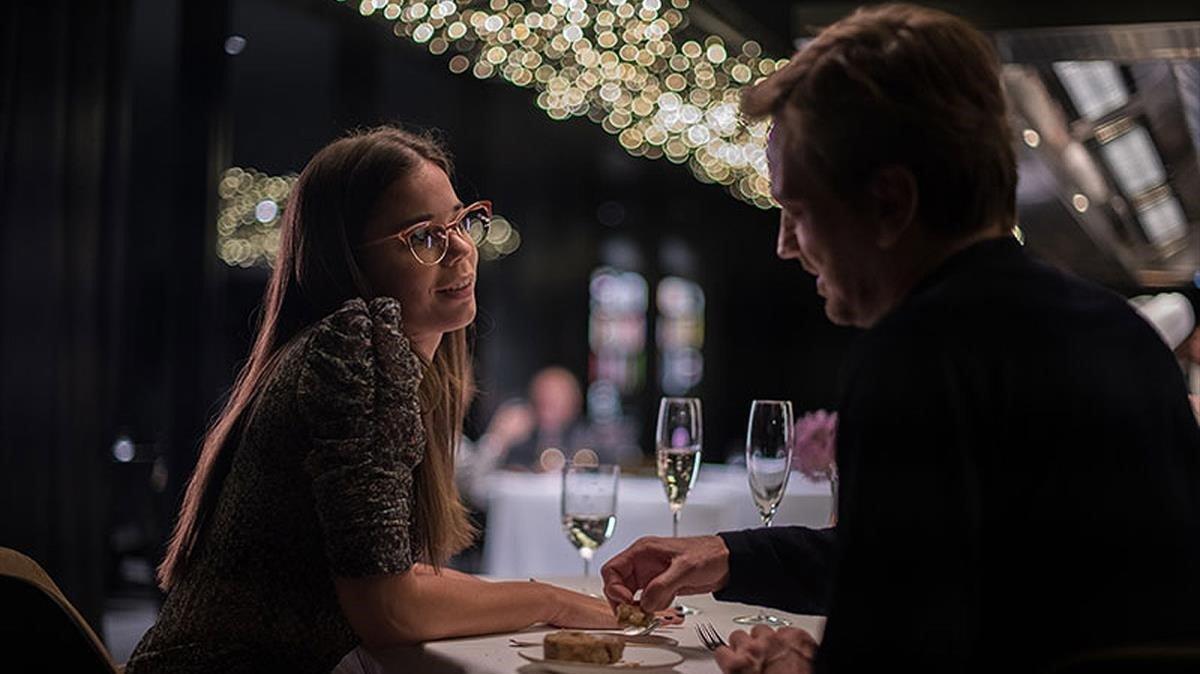 Laia Costa y Guillermo Pfening, en el restaurante que aparece en 'Foodie love'.