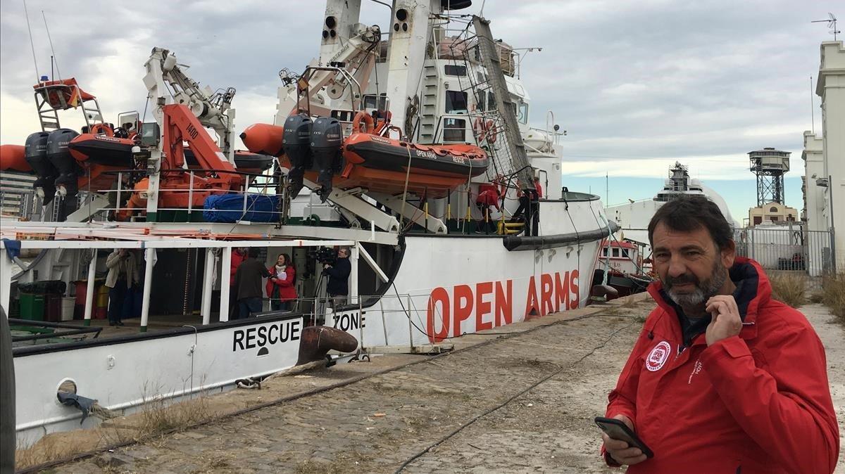 Òscar Camps, frente al barco Open Arms atracado en el puerto de Barcelona.