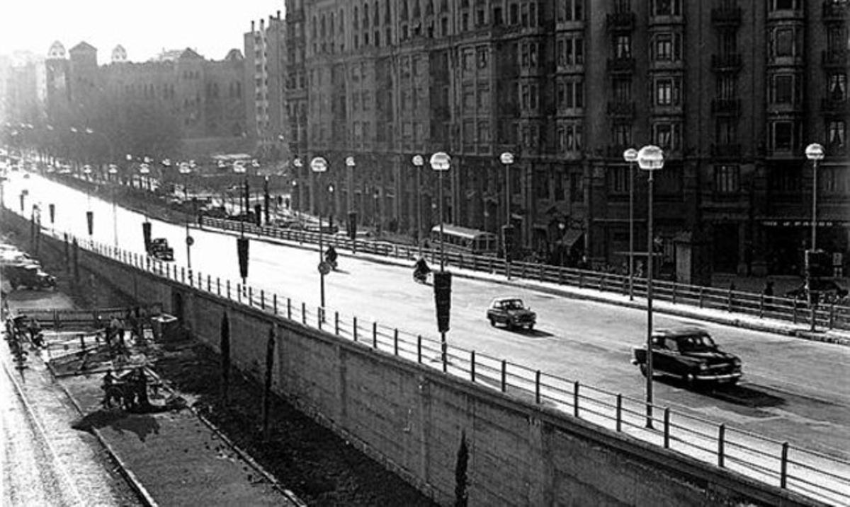 La Gran Via 3 La autopista a su paso por la Gran Via, cerca de la plaza de toros Monumental, en los 60. FOTO ENVIADA POR DAVID J. SÁNCHEZ (INGENIERO, 41 AÑOS).