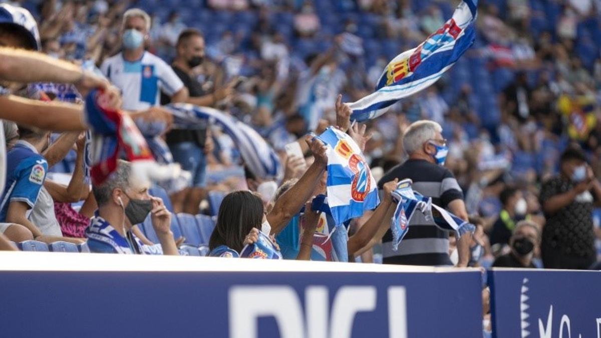 Aficionados pericos en un partido del Espanyol.