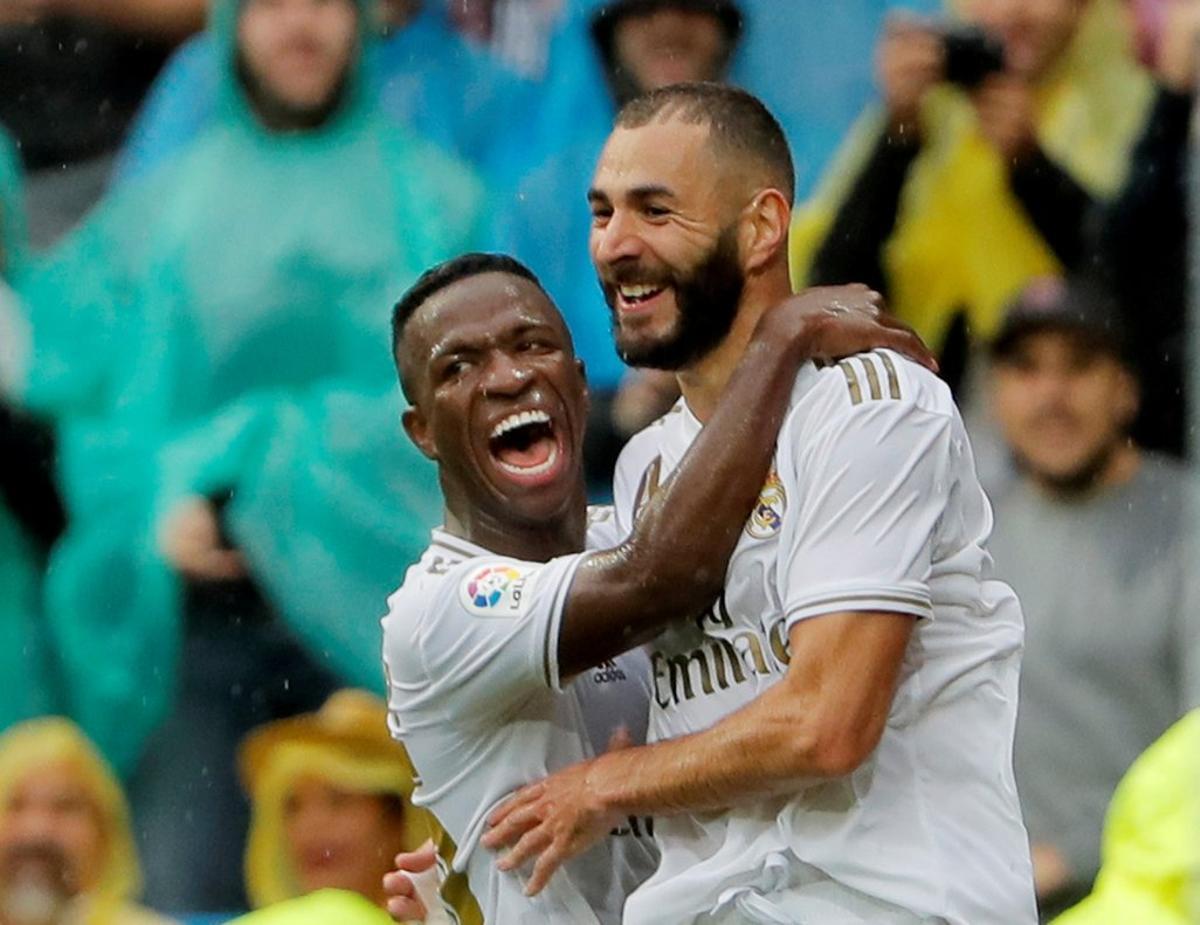 Benzema (d) y Vinicius celebran un gol.
