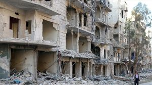 Un hombre camina entre las ruinas de edificios destruidos en el barrio de Al Sukari, en Alepo (Siria), el 19 de octubre.