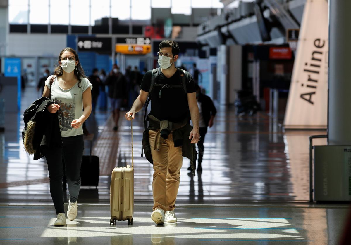 Una pareja camina por el aeropuerto de Roma Fiumicino.