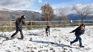Una familia juega con la nieve caída este lunes en el Port d'Ager (Noguera).