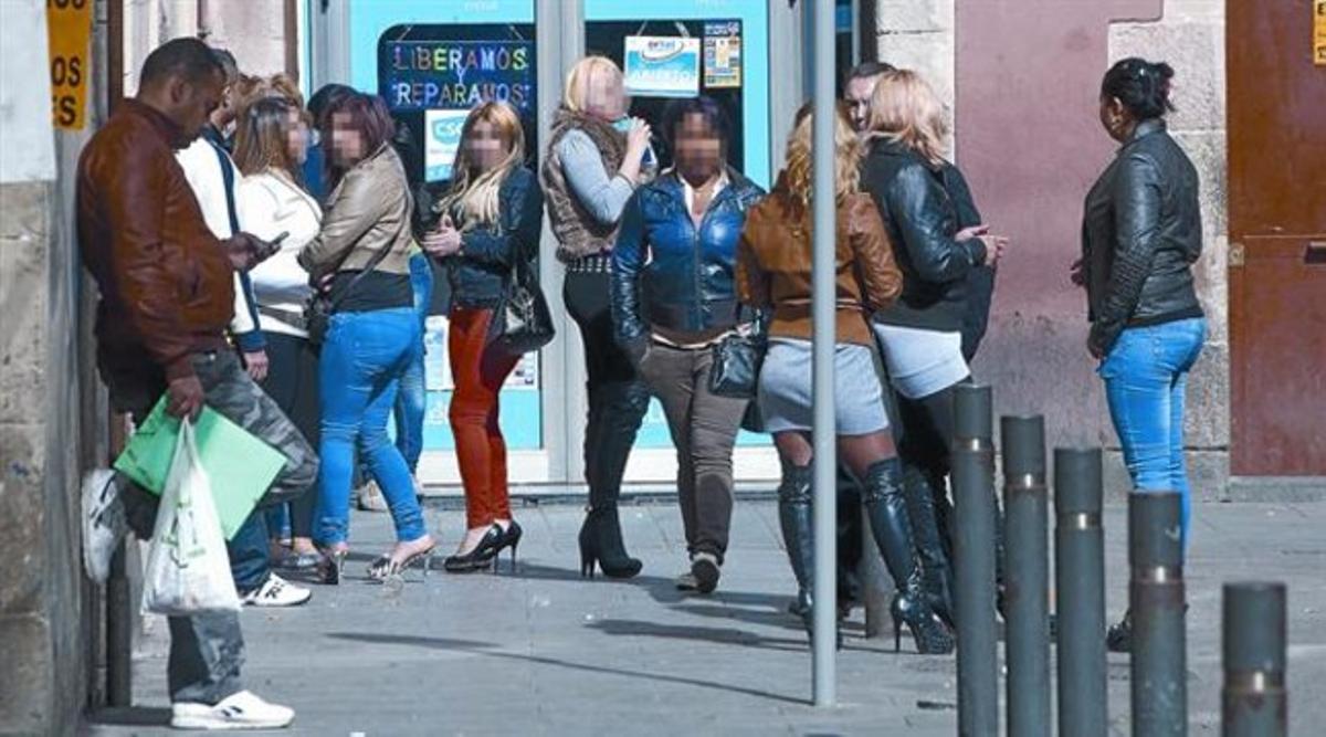 Un grupo de prostitutas ejerceen la calle Robador del Raval, en el 2012.