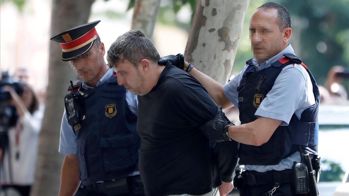 Mossos d'Esquadra custodian al detenido por el crimen de Vilanova.