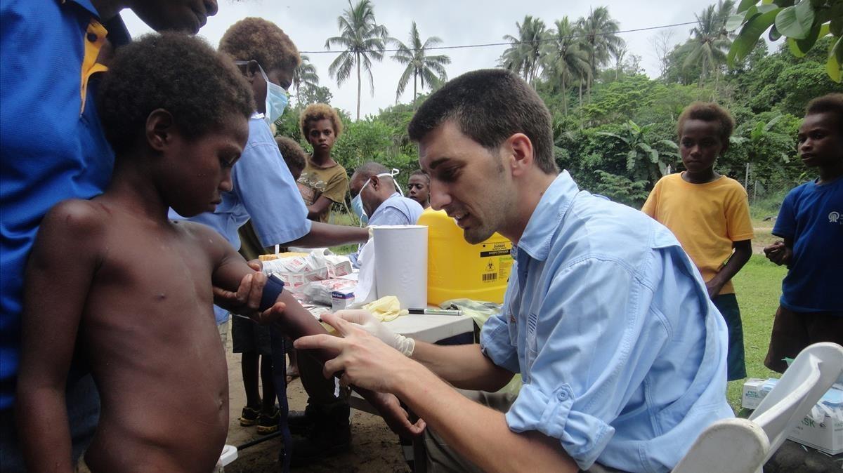 Oriol Mitjà, investigador del ISGlobal de Barcelona, en la isla de Lihir, en Papúa-Nueva Guinea.