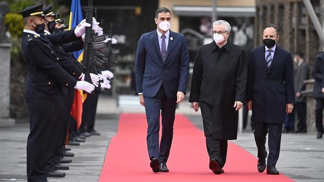 El presidente del Gobierno español, Pedro Sánchez, el copríncipe de Andorra y obispo de La Seu Joan-Enric Vives i Sicilia y el primer ministro andorrano, Xavier Espot, este martes en Andorra.