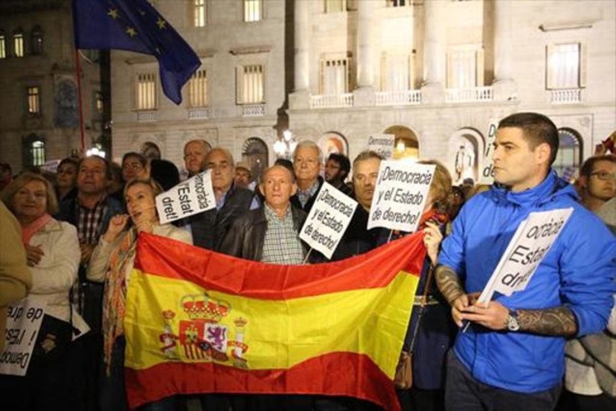 Concentración de Societat Civil Catalana en la plaza Sant Jaume de Barcelona.