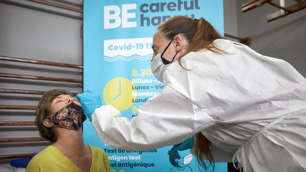 Una profesional sanitaria realiza una prueba anticovid en Lloret de Mar, este viernes.