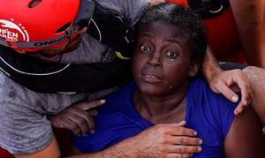 Un miembro de Open Arms abraza a Josephine, unamujer camerunesa conmocionada por pasar varios días abrazada a un trozo de madera y rodeada de cadáveres tras el naufragiode la patera en que viajaban.