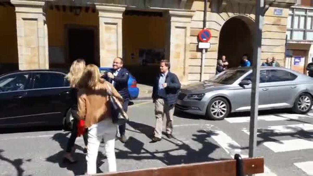 Encapuchados insultan y lanzan estiércol a Álvarez de Toledo en Etxarri-Aranatz .