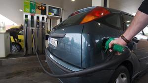 Un cliente reposta en una gasolinera.