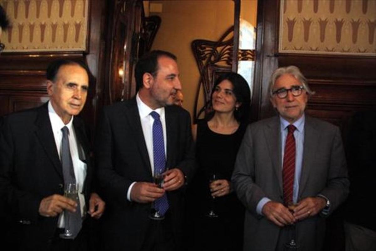 Espadaler, con los diputados Montse Surroca y Josep Sànchez Llibre.