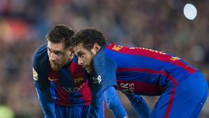 Messi y Neymar estudiando el lanzamiento de una falta ante el Valencia en el Camp Nou.