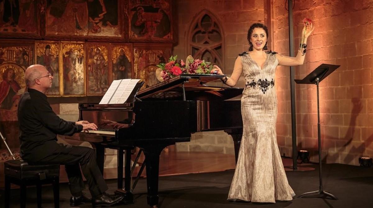 La mesosoprano Ketevan Kemoklidze,acompañada al piano por Marco Evangelisti,durantesu actuación en el recital del festival LIFE Victoria Barcelona,en el capilla de Santa Águeda,el 27 de octubre.