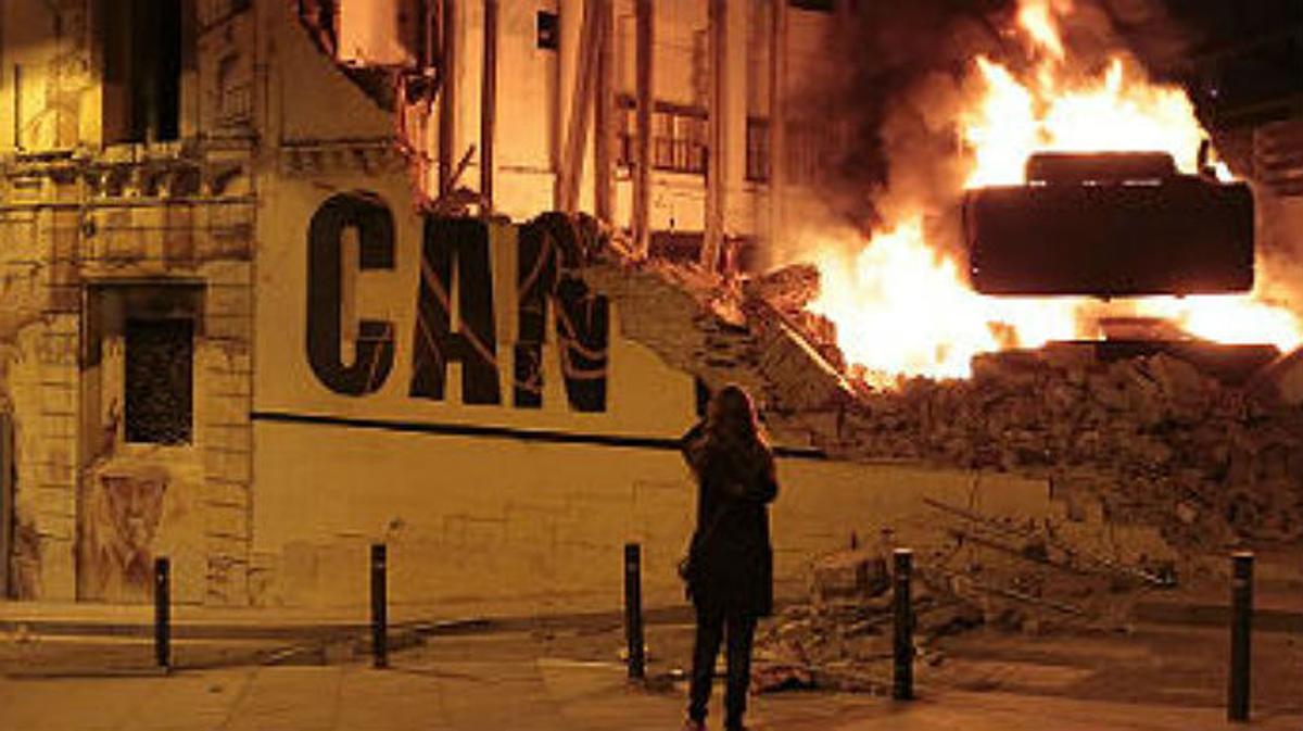 Segunda noche de disturbios en Sants tras el desalojo de Can Vies