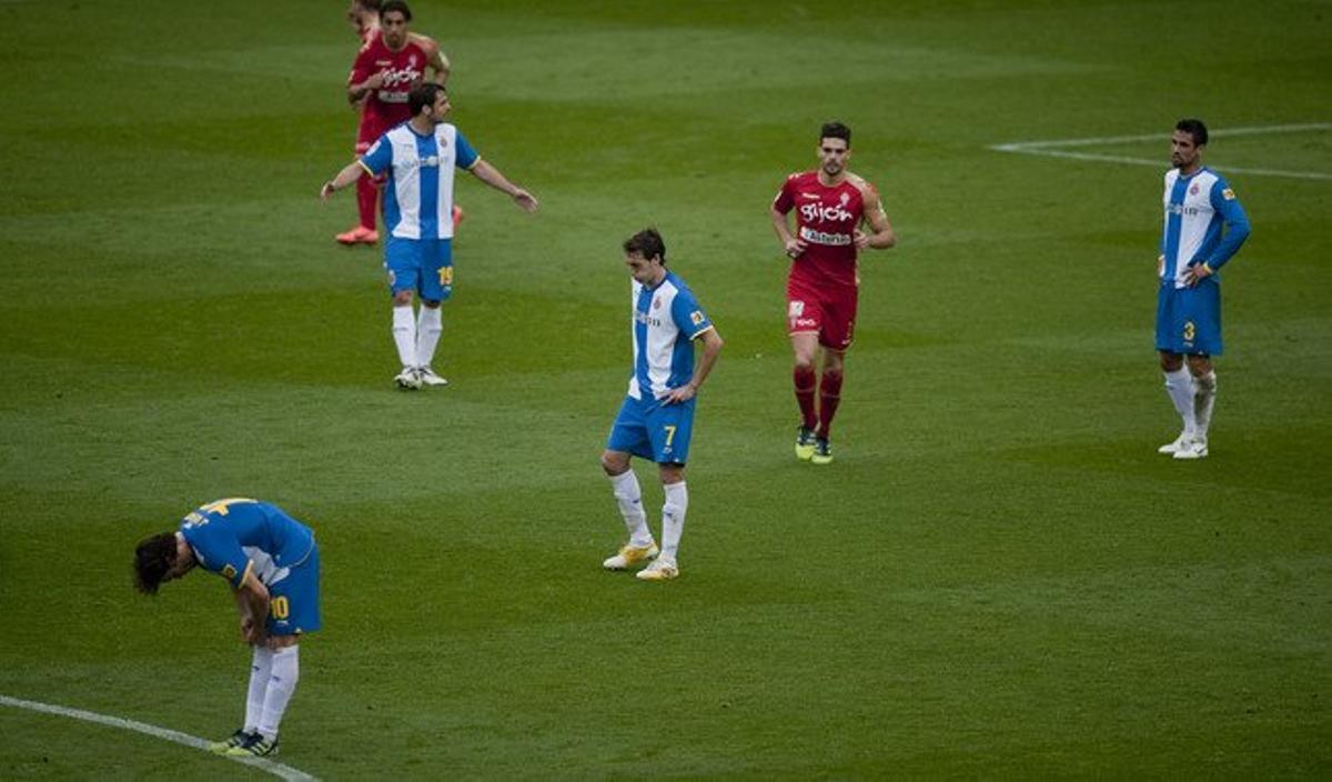 Los jugadores del Espanyol, abatidos tras perder ante el Sporting, el sábado en Cornellà-El Prat.