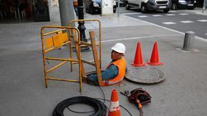Trabajador instalando lafibra óptica.