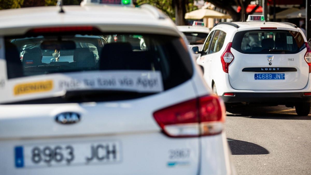¿Por qué los taxis llevan la matrícula de color azul?