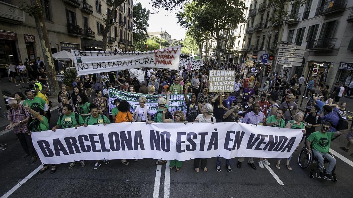 Protesta contra la nueva burbuja inmobiliaria, en Barcelona, en junio del 2017.