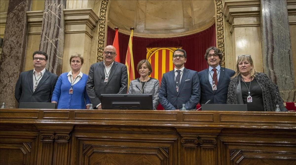 Los miembros de la Mesa del Parlament: Joan Josep Nuet, Anna Simó, Lluís Corominas, Carme Forcadell, José María Espejo-Saavedra, David Pérez y Ramona Barrufet.