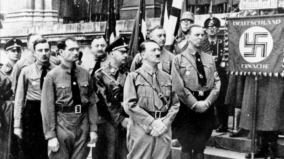 Rudolf Hess, Himmler y Hitler (los tres en primera fila),en una imagen de 'Las confesiones de Himmler'.