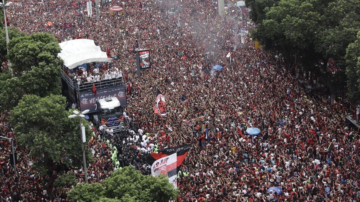 El desfile triunfal del Flamengo por las calles de Río de Janeiro como campeón de la Libertadores.