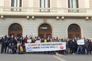 Trabajadores de Correos en una concetración delante del Ayuntamiento de Sabadell este mes de abril 2021