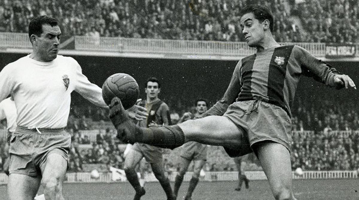 Suárez controla el balón ante un jugador del Zaragoza en un partido de Liga en el Camp Nou.