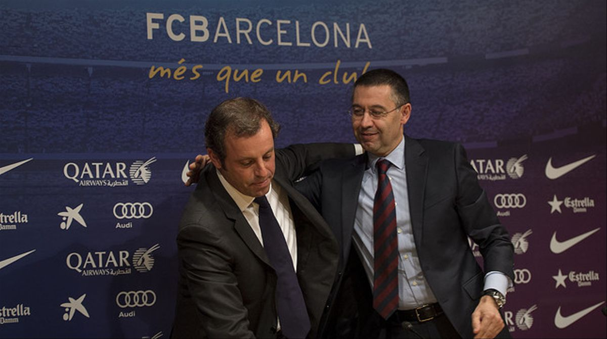 Sandro Rosell abraza a Josep Maria Bartomeu, su sucesor en la presidencia del Barça.