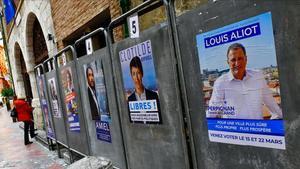 Carteles electorales con la fotografía del candidato de extrema derecha,Louis Aliot, en primer plano.