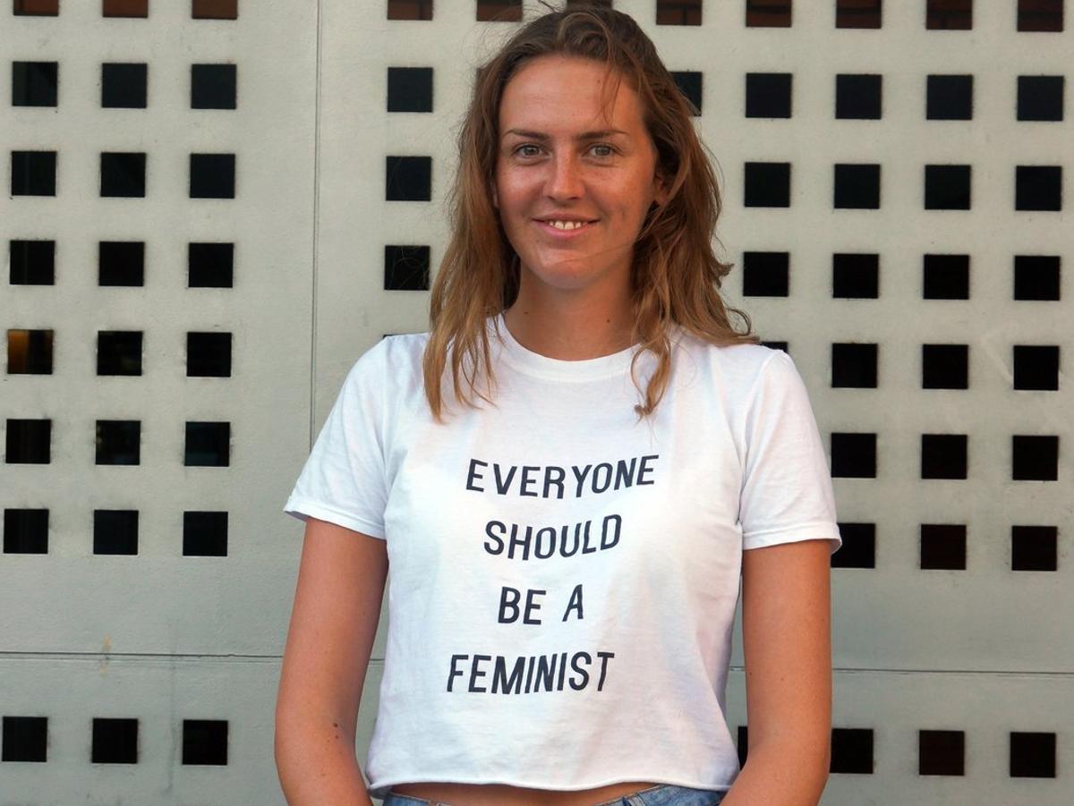 Una joven con una camiseta feminista, en el barrio madrileño de Tetuán. Foto de archivo.