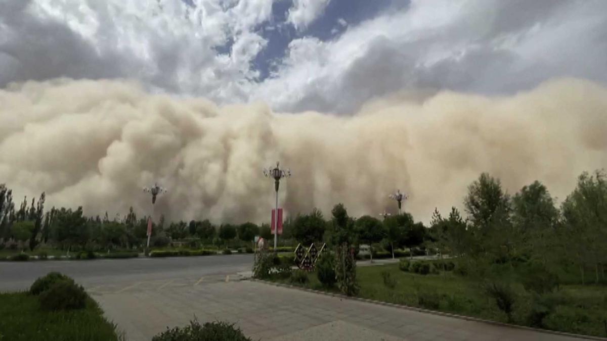 Una tormenta de arena engulle la ciudad china de Dunhuang.