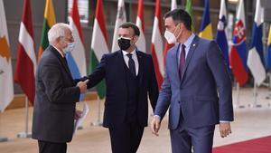 El alto representante de Política Exterior de la UE, Josep Borrell, el presidente francés, Emmanuel Macron, y el jefe del Gobierno español, Pedro Sánchez, a su llegada a la cumbre, este jueves en Bruselas.