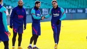 Braithwaite, Messi y Sergiño Dest, en el entrenamiento matinal en el Benito Villamarín.