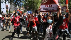 Los trabajadores de H&M protestan frente a la tienda del Pº de Gràcia